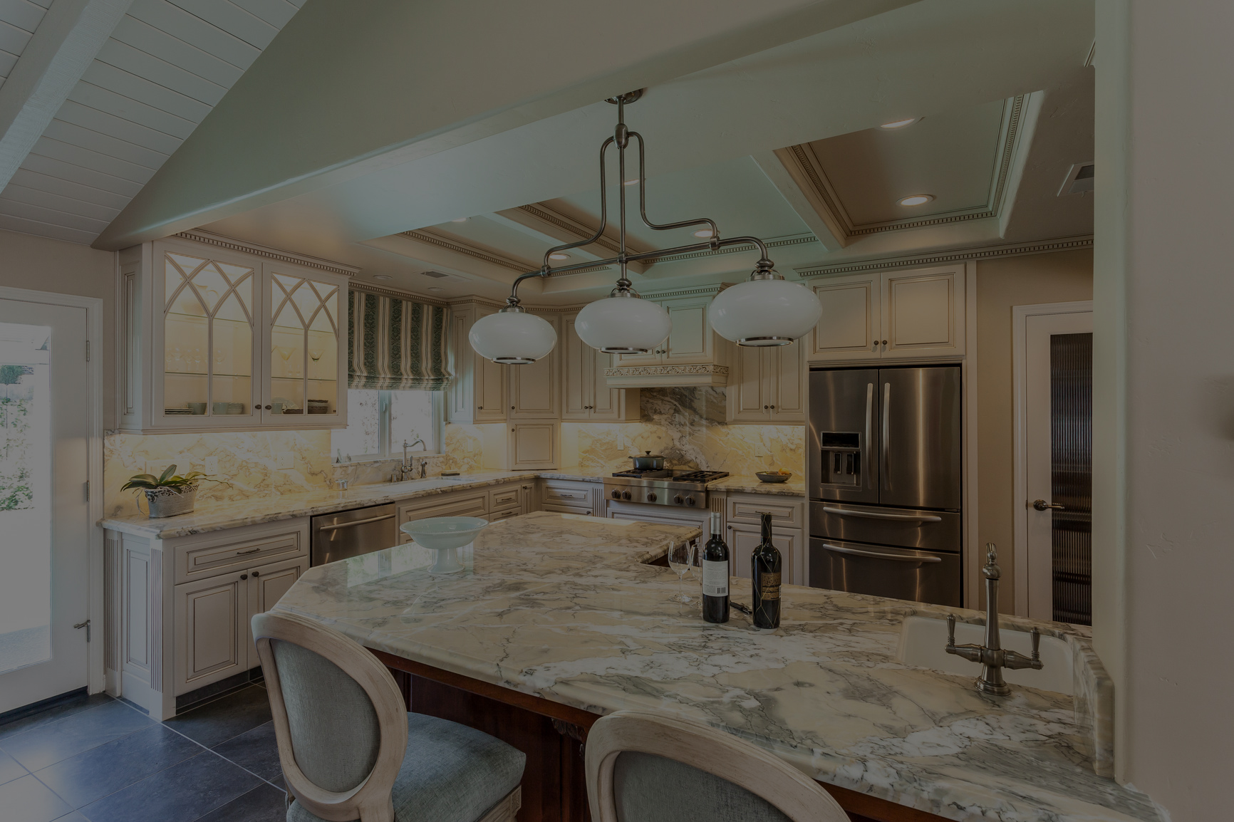 3338980-bright-kitchen-with-custom-cabinets-and-marble-countertops-m